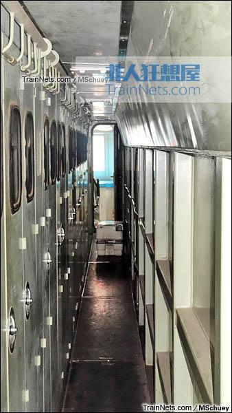 2013年11月。武昌折返段。配属武局南段的SS7E型电力机车。机械间。(图/MSchuey)