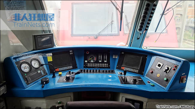 2013年11月。武昌折返段。配属武局南段的SS7E型电力机车。驾驶室。(图/MSchuey)