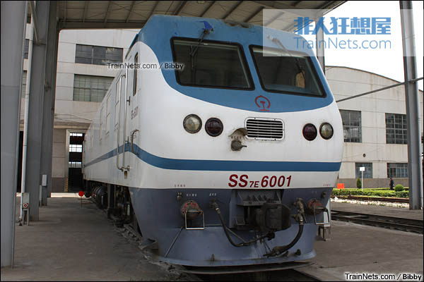 2009年7月。昆明机务段。SS7E型6001号模块化电力机车。(图/Bibby)