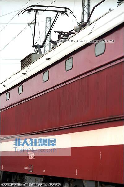 2007年。广东坪石。配属广铁株段的SS6B型电力机车。侧墙及受电弓。(图/火车仔/B3009)