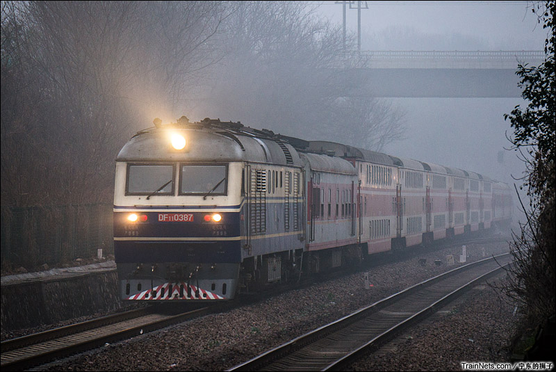2015年2月17日。南京紫金山站。客车2593次,郑州-杭州雾中接近。(图/宁东的狮子)