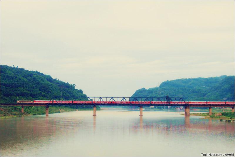 2014年6月8日。客车K113次,成都-昆明通过成昆铁路青衣江大桥。(图/饶云科)