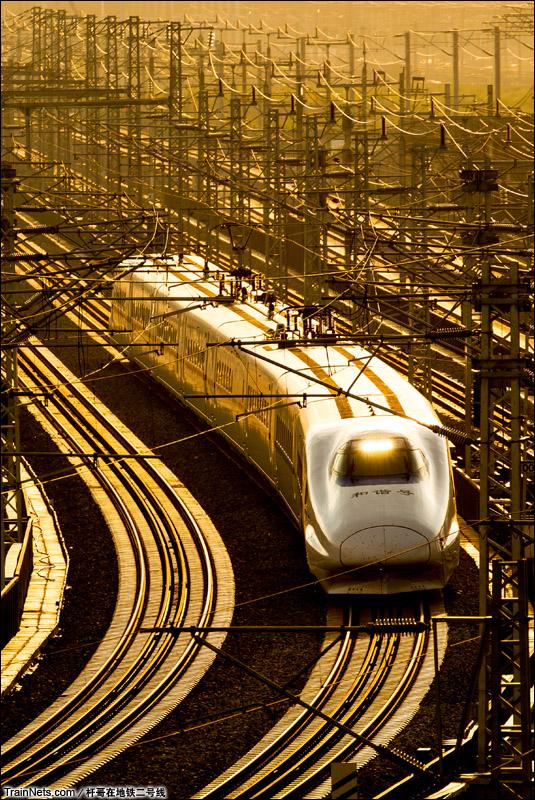 2014年8月23日。广西南宁。南宁屯里枢纽,南广、柳南、南钦多条线路交汇,一列CRH2A型动车组飞驰而过。