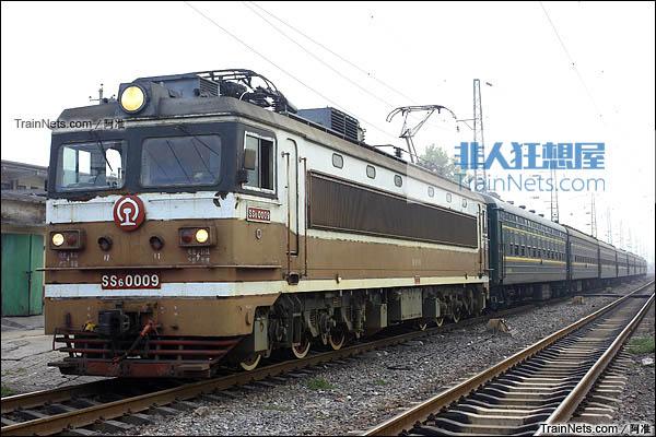 2011年9月。郑州焦作。月山站。SS6型电力机车牵引客车。(图/阿准)