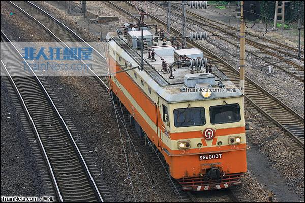2011年9月。洛阳折返段旁边陇海正线。SS6型电力机车。(图/阿准)