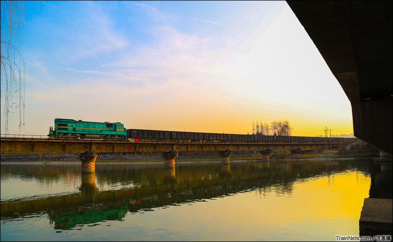 2015年2月。宁芜线30K,ND5牵引货车通过。(图/汪思骐)