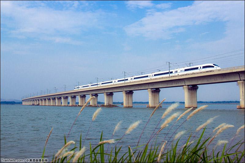 2015年5月23日。安徽省淮南市高塘湖,CRH380B动车组驶过合蚌高铁高塘湖大桥。(图/小黑想做摄影师)
