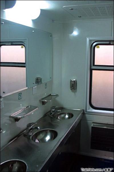 金鹰JYA-8型安全监察车。盥洗室。(图/金鹰厂)