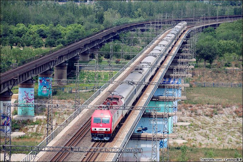 2015年6月21日。京广线。北京鹰山森林公园。SS9G牵引客车通过。(图/Catcher原平)