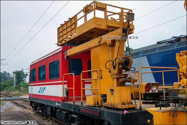 2015年7月。韶关机务段。配属广铁集团的金鹰SW-2型隧道作业车。随车吊车。(图/戴文炜)