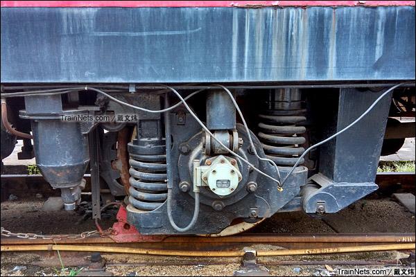 2015年7月。韶关机务段。配属广铁集团的金鹰SW-2型隧道作业车。转向架。(图/戴文炜)