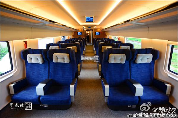 2015年6月30日。北京。长客厂生产的中国标准动车组,编号CRH-0305。一等座。(图/罗春晓)