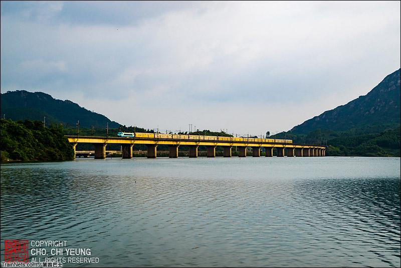 2015年7月2日。广东英德。SS80184牵引行包快运列车通过飞来峡路段。(图/第四巴士)