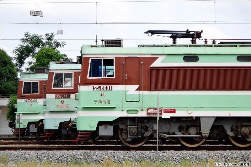 2015年6月。广西沿海铁路车间。整装待发的SS3型机车。(图/戴文炜)