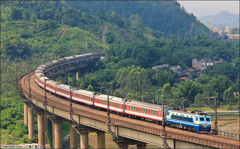 2015年6月20日。广东清远飞来峡。SS8牵引K1666次通过杜岗水大桥北上。(图/广铁广段T16)