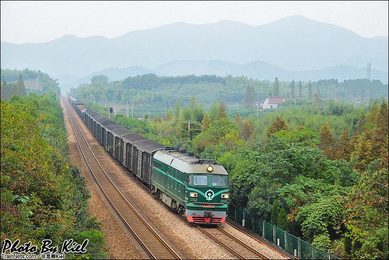 2014年10月31日。宣杭线,梅峰-德清西区间,DF4B牵引货车通过。(图/俆思卿Kiel)