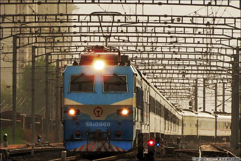 2015年4月16日。石家庄市中储桥。SS8牵引客车通过。(图/老马识途BJHRM)
