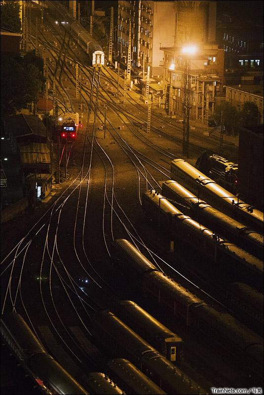 2015年5月21日。夜色下的北京车辆段。(图/马昊)