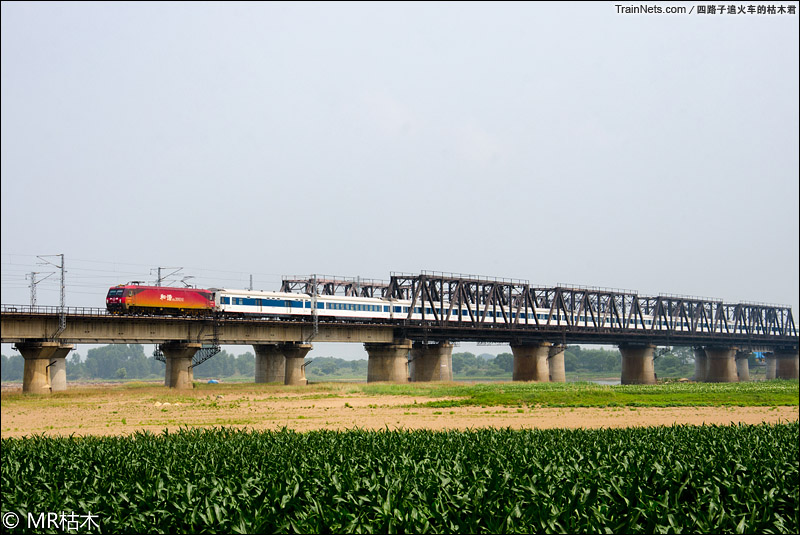 2015年6月27日。长春。松花江姚家铁路大桥。HXD3D牵引特快列车通过。(图/四路子追火车的枯木君)