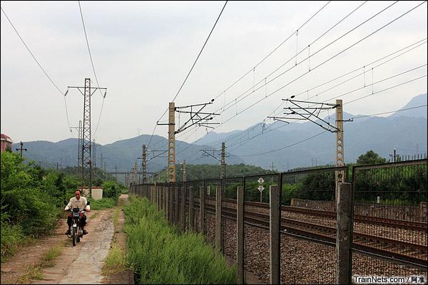 良田站站台已经成为当地村民来往的快捷方式。(图/阿准)