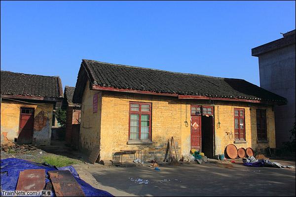 当地人说这就是以前的邓家塘车站站房。(图/阿准)