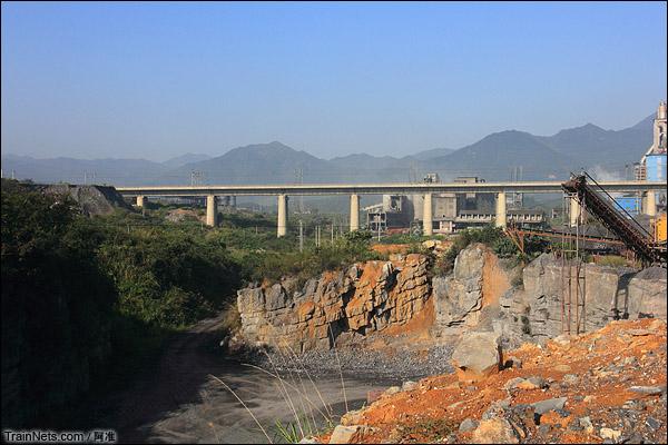 此处建了一个水泥厂,老线路基多处被填埋,甚至被搞成了厂房的一部份。(图/阿准)