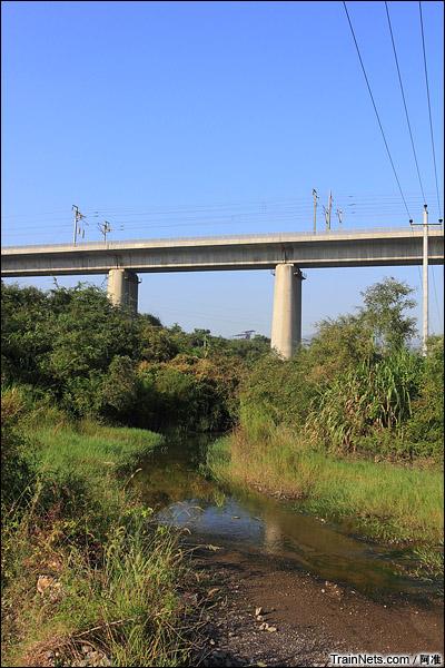 老线、京广线、高铁在此处越岭。老线的路基都变河床了,这条小溪应该算是珠江水系了吧?(图/阿准)