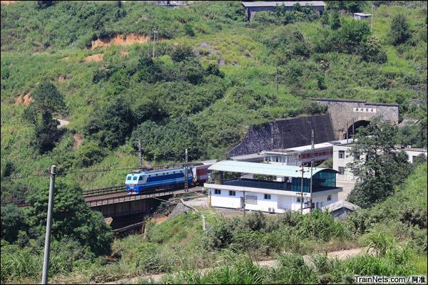 南岭隧道南口。SS8牵引客车通过。(图/阿准)