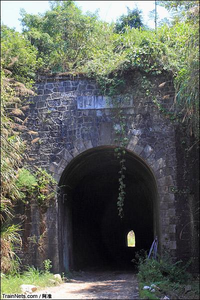 折岭隧道。此隧道于民国二十四年三月九日开工,完工于民国二十五年二月二十九日,长177公尺,造价97214.33圆国币。(图/阿准)