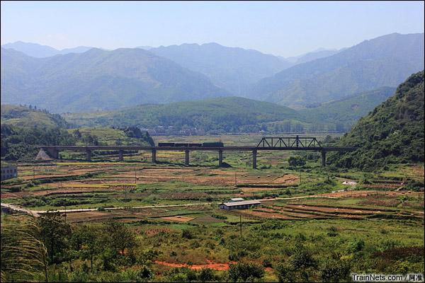 复线的漳河1号大桥,西瓜真悠闲,就拉几个车。(图/阿准)