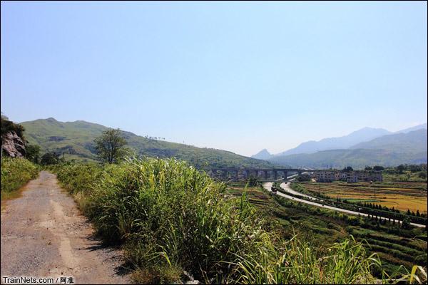 远处是复线的漳河2号大桥,右侧是京珠高速。(图/阿准)