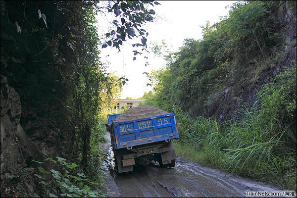 这货车一直跟着我后面约50米,直到此处我才让它超过。(图/阿准)