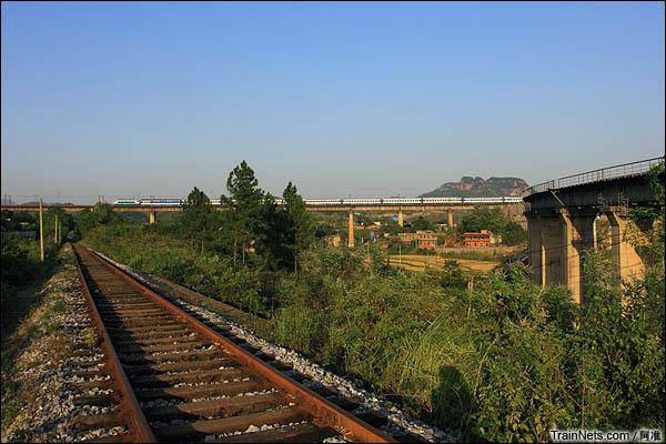T170次通过车岗大桥。其实车岗大桥没什么特别,只是刚好和杨梅山支线(左)、和红岩联络线(右)形成一个三角形。(图/阿准)