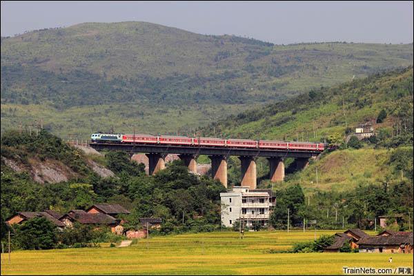 清晨京广复线南下的列车。(图/阿准)