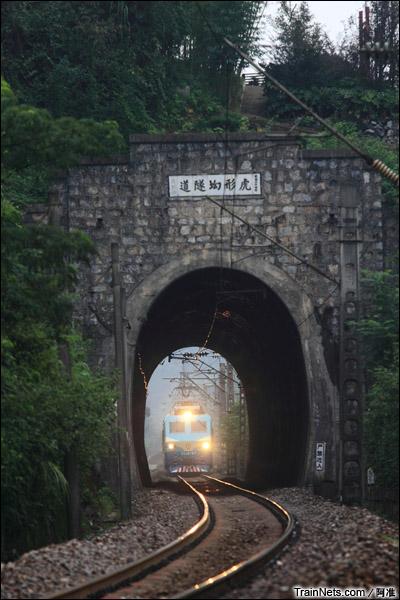 湖南郴州。SS8牵引列车通过虎形坳隧道。(图/文俊)