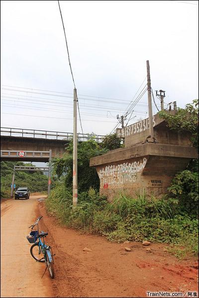 湖南胡家林。当年的铁路已经变成了马路。(图/阿准)