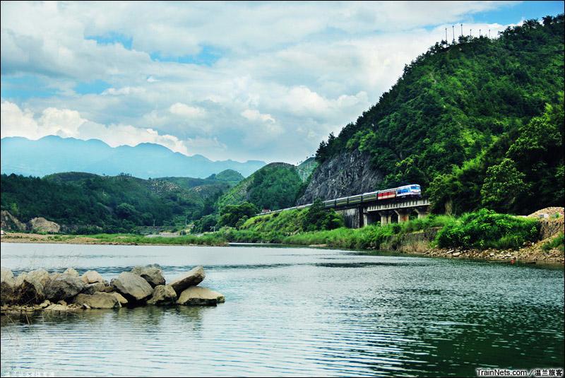 """2015年7月25日。金温铁路。""""白兰瓜""""DF4B牵引K8402次行驶在青田白岸村附近。(图/温兰旅客)"""