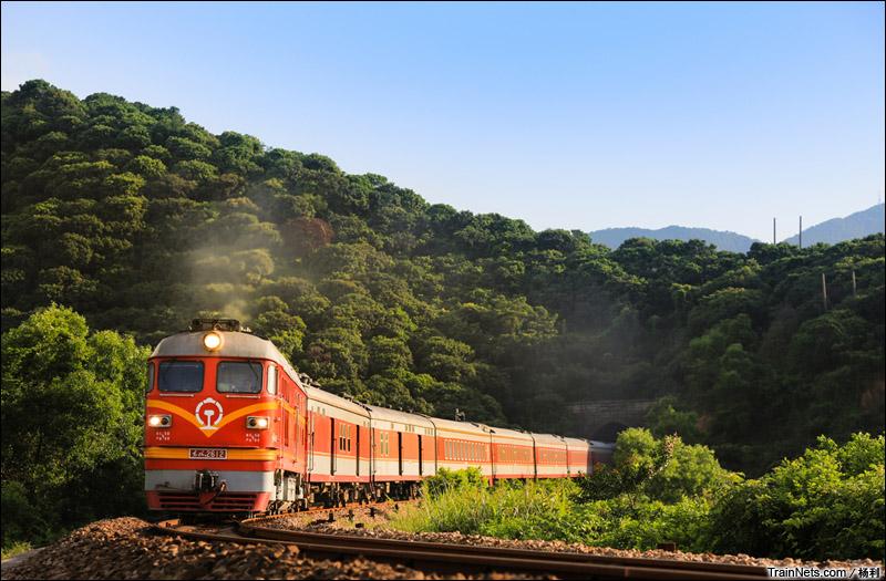 2015年6月。深圳。广铁广段DF4BK-2612牵引K238次,深圳西-太原行驶在平南线上。(图/杨利)