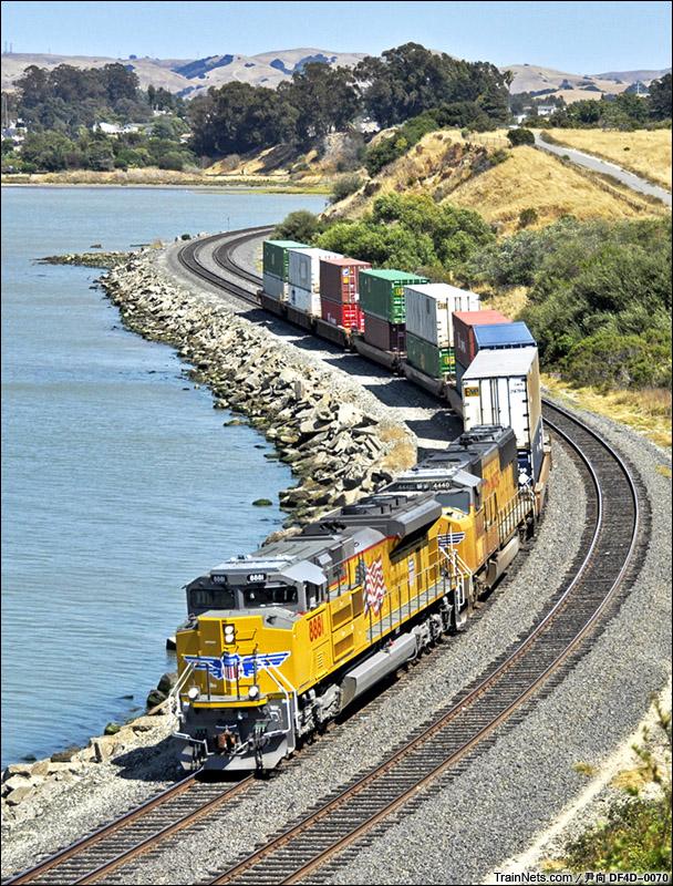 沿加州圣巴勃罗湾岸前行的联合太平洋铁路双层集装箱列车,如此小的编组数显得有些违和。(图/尹向 DF4D-0070)
