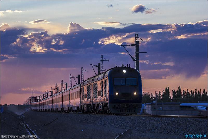 2015年7月16日。敦煌折返段前。清晨06点44分,阳关晨曦,披着霞光的Y667次列车即将到达终点站。(图/张一飞/灰灰)