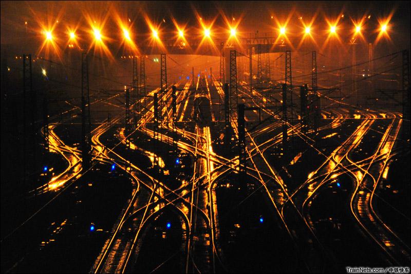 2015年4月22日。雨夜下的柳州南三场。(图/中铁快车)