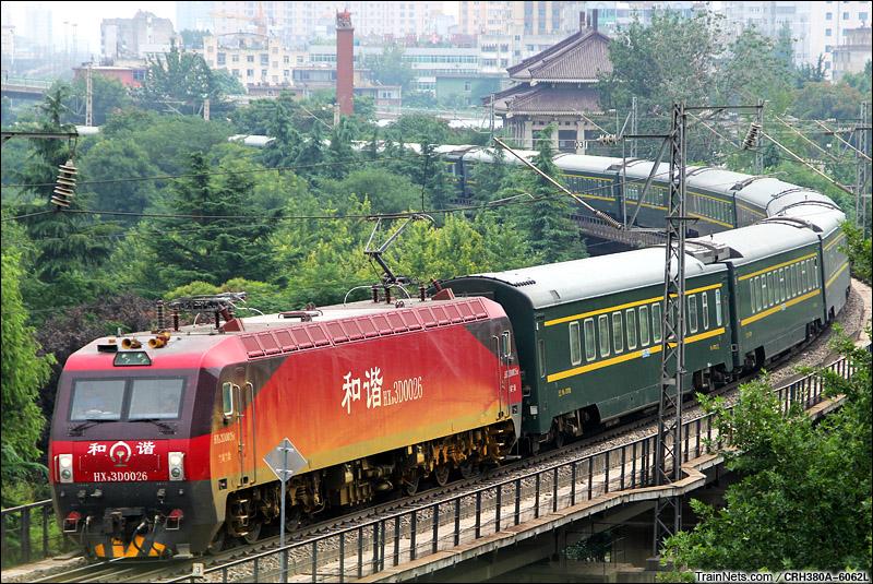 2015年8月16日。宝鸡市西关立交桥。 HXD3D牵引Z164次,上海-拉萨。(图/CRH380A-6062L)