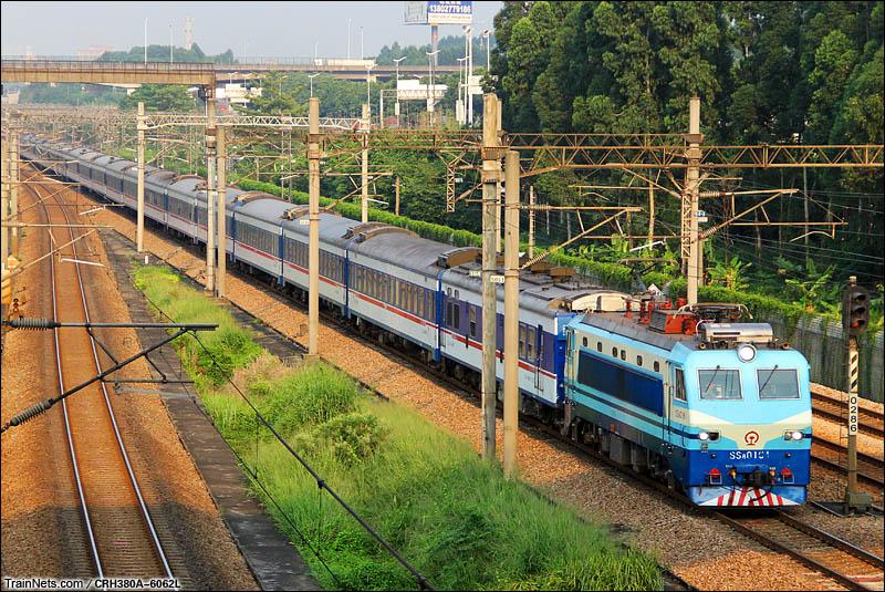 2015年8月5日。广州开发区。早晨,SS8牵引T95次,武昌-深圳南下。(图/RH380A-6062L)