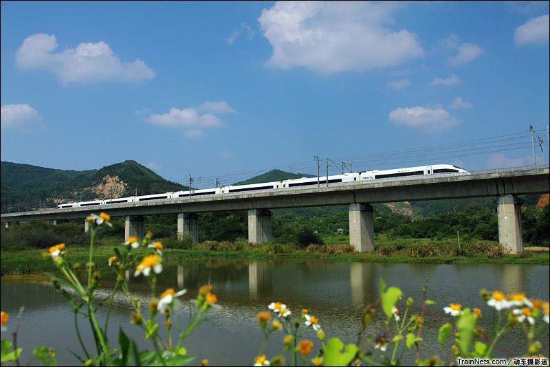 2014年9月。广东花都。CRH3C动车组通过蓝天下的武广高铁双龙特大桥。(图/动车摄影迷)
