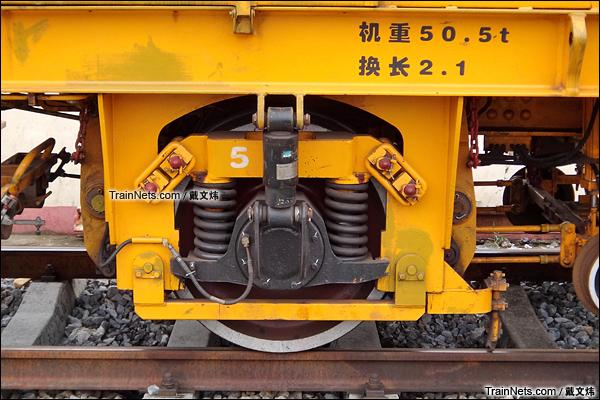 2015年7月。广东韶关黄岗站。配属广深铁路的DC-32型捣固车。转向架。(图/戴文炜)