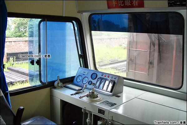 2005年。配属广东三茂铁路来的GCS220型轨道车。司机位。(图/老愚)