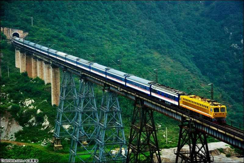 2012年10月。贵昆线。SS7C牵引客车通过可渡河特大桥。(图/心若重安)