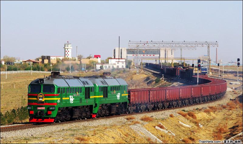 2015年5月。内蒙古。蒙古的2M62机车牵引货列驶进二连国门。(图/夏天的-杨树_)