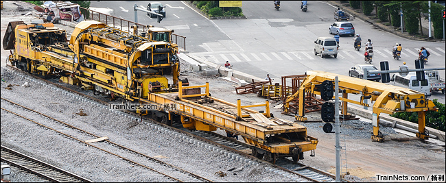 2013年。广东茂名。茂湛铁路铺轨现场,配属中铁二十二局的SVM1000型铺轨机。(图/杨利)