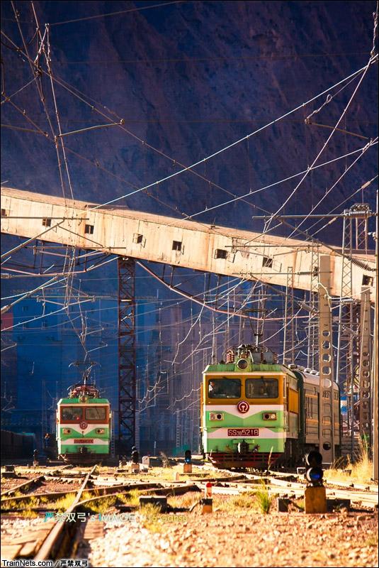 2014年。嘉峪关,嘉镜铁路。SS3B牵引客车离开镜铁山站。(图/严禁双弓)